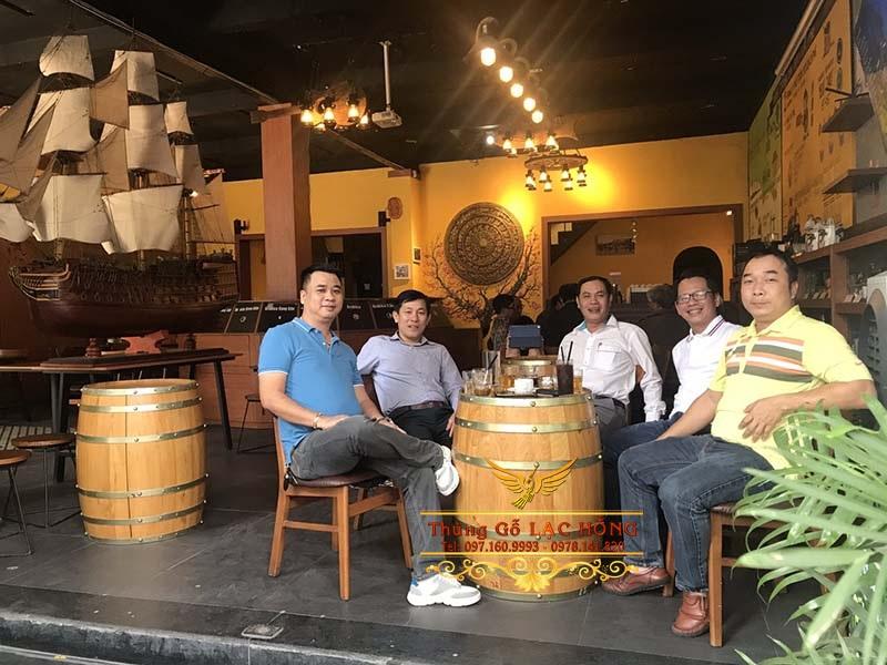 thùng rượu làm bàn ghế